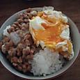 納豆と崩れ目玉焼き(朝ごはん)