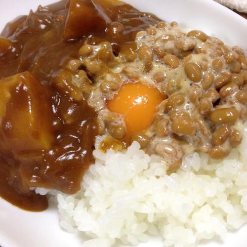 カレーには、卵と納豆を